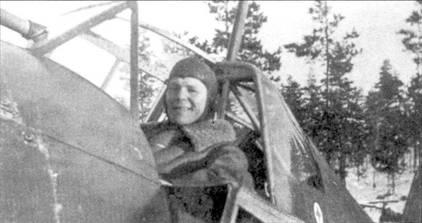 В кабине истребителя Фоккер D.XXI (бортовой код «FR-97») довольно улыбается 1-й лейтенант Норма «Замба» Сарванто. Снимок сделан 6 января 1940г. после боевого вылета, в котором Сарванто сбил за пять минут шесть бомбардировщиков ДБ-3. Впоследствии Сарванто летал ни Брюстерах и довел свой счет до 17 побед <a href='https://arsenal-info.ru/b/book/4058339703/5' target='_self'>в 251</a> боевом вылете.