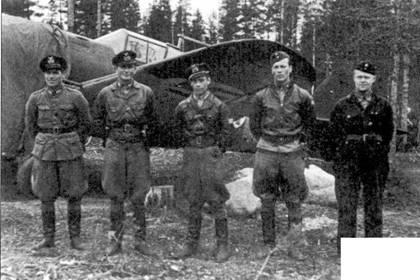 Асы из LeLv-32 позируют для официального группового снимка, аэродром Суудаярви, 29 апреля 1942г. Все запечатленные здесь летчики летали в этот период на истребителях Кертисс «Хок-75», фоном для снимка также послужил «Хок». Слева направо: уоррент-офицер Эйно Коскинен (12,5 побед), командир 2/LeLv-32 капитан Аулис Бремер (8 побед), командир 1/LeLv-32 капитан Куллирво Лахтила (10,5 побед), командир 3/LeLv- 32 1-й лейтенант Пентти Нурминен (6 побед), сержант Яакко Каянто (5 побед).