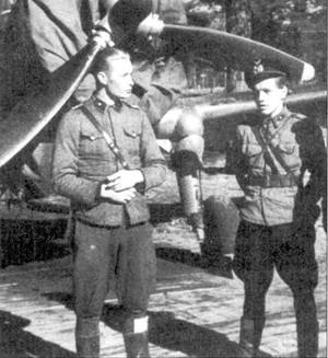 Два аса из LeLv-32: 2-е лейтенанты Юрю Палласвуо и Колени Тир во, снимок июля 1942г. «Крейви» Палласвуо сбил на «Хоках» девять самолетов противника, еще четыре победы он одержал на В/. 109G. «Кале» Тирво закончил войну, имея на своем счету 23 победы, не менее 15,5 побед он одержал, летая на истребителях фирмы Кертисс. Тирво стал самым результативным в финских ВВС пилотом «Хока».