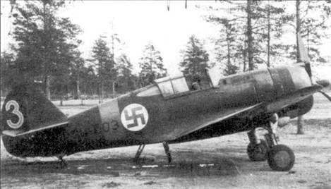 Истребитель Кертисс «Хок-75» (бортовой код «С11-503») из LeLv-32, аэродром Нурмойла, июль 1942г. Изначально данный истребитель (с/п 13816) был оснащен двигателем Райт «Циклон А-4, но уже в Финляндии на него был установлен мотор «Твин Уосп», двигатели этого типа выпускались в Финляндии по лицензии. На самолете с бортовым кодом «CU-503» летали разные пилоты из LeLv-32, сбившие на нем в общей сложности 10 советских самолетов.