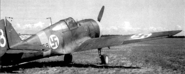 Истребитель Кертисс «Хок-75» (бортовой код «CUw-558») из LeLv-32, аэродром Нурмойла, 2 августа 1942г. В течение 18 месяцев на этой машине было сбито не менее 17 советских самолетов, пять из них на счету стафф-сержанта Ниило Иркинхеймо (всего на его счету 11 побед). Иркинхеймо погиб 16 ноября 1943г. Из-за пожара двигателя он вынужден был посадить свой мессершмитт (бортовой код «МТ-223»)на лед замерзшего озера. Истребитель ушел в воду раньше, чем ас успел покинуть кабину Bf 109G.