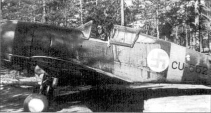 Истребитель Кертисс «Хок-75» (бортовой код «С11-552») из LeLv-32, аэродром Нурмойла, июль 1942г. В кабине сидит <a href='https://arsenal-info.ru/b/book/1065055311/27' target='_self'>уоррент-офицер</a> Эйно Коскинен (12,5 побед). На самолете с бортовым кодом «CU-552» было одержано не менее 15 побед в воздушных боях, пять из них — на счету Калеви Тирво. Свои последние семь побед Тирво одержал на Bf.109G в составе 1/LLv-34. Калеви Тирво погиб в воздушном бою 20 августа 1943г. (на В/. 109G с бортовым кодом «МТ-219»).