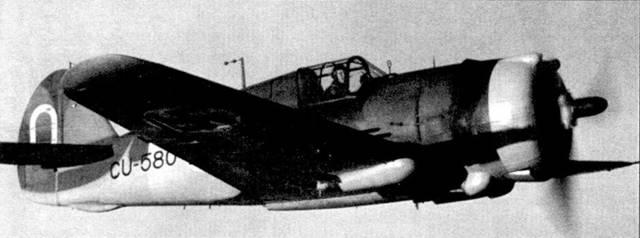 Истребитель Кертисс «Хок-75» (бортовой код «CU-580») из LeLv-32 в полете над рекой Свирь, 16 октября 1943г. В кабине самолета — 1-й лейтенант Яакко Хилло. Хилло всю войну служил в 32-й эскадрилье, он выполнил 220 боевых вылетов и одержал восемь побед. На данном истребителе Хилло на пару с другим пилотом сбил 22 июня 1944г. штурмовик Ил-2.