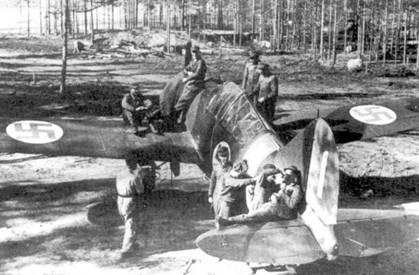 Истребитель Брюстер с бортовым кодом «BW-371», аэродром Суулаярви, июнь 1943г. Самолет в испытательных целях оснащен трофейным 1000-сильным двигателем М-63. Через некоторое время советский мотор заменили штатным Райт «Циклоном». В период, когда на «BW-371» стоял двигатель М-63 на истребителе летал уоррент-офицер Виктор Пиютсия, в это время ему не удалось одержать ни одной победы.