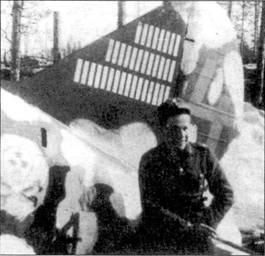 Механиком закрепленного за Юуутилайненом истребителя Брюстер с бортовым кодом «BW-364» был Пааво Янхунен. Снимок Янхунена сделан в Суулаярви в апреле 1943г. Последнюю на этом самолете победу финский ас №1 одержал 23 ноября 1942г., однако отметки о сбитых Юуутилайненом самолетах оставались на киле Брюстера «BW-364» и весной 1943г. После перевода Юуутилайнена в другое подразделение на истребителе стал летать 1-й лейтенант Мартти Саловаара. Обратите внимание на белые пятна зимнего камуфляжа, через одно из пятен проступает <a href='https://med-tutorial.ru/m-lib/b/book/1951726194/75' target='_blank' rel='external'>небрежно</a> выполненный рисунок черепа с костями и красной звездой на лбу. I
