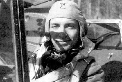 В кабине истребителя Bf. 109G — нилот 2/HLeLv-24 1-й лейтенант Норма «Йотти» Сааринен, май 1944г. Прежде чем пересесть на мессершмитт Сааринен сбил на Брюстерах пять самолетов противника, на «мессерах» он довел свой личный счет до 23 побед. Всего Норма Сааринен выполнил 139 боевых вылетов. Он вошел в историю финских ВВС самым трагическим образом, став последним летчиком-истребителем ВВС Финляндии, погибшем в период Продолжительной войны. Сааринен пытался сохранить самолет, но разбился при попытке совершить вынужденную посадку на подбитом в воздушном бою 18 июля 1944г. мессершмитте с бортовым кодом «МТ-478».