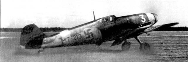 Взлетает истребитель Bf.109G (бортовой код «МТ-213») из 2/HLeLv-24, аэродром Суулаярви, 12 мая 1944г. Это один из немногих финских мессершмиттов, окрашенных в стиле истребителей люфтваффе: поверх стандартного черно/зеленого камуфляжа ВВС Финляндии нанесены из пульверизатора пятна серого цвета. Летом 1944г. на Bf. 109G «МТ-213» летал 1-й лейтенант Ииро Риихикаллио (16,5 побед, 110 боевых вылетов).