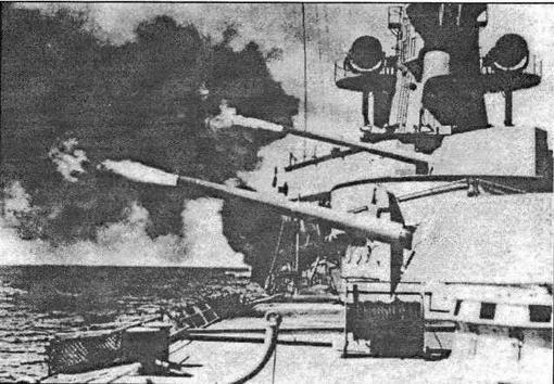 Во время учебных стрельб. Огонь ведут носовые орудия крейсера. Во избежание повреждения бортового релинга от действия дульных газов, леерное ограждение, кран- балки и прочее бортовое оборудование складывалось