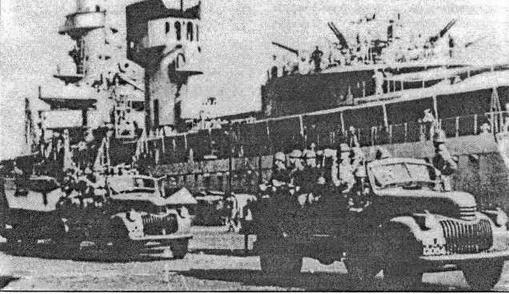 De Ruyter в Сурабае после начала войны с Японией. На первом плане грузовики с солдатами