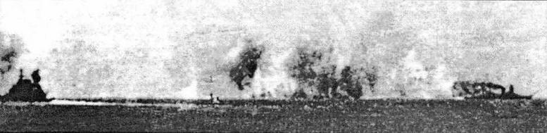 Stricking Force адмирала Доормана под японскими бомбами 4 февраля 1942года. Слева — американский тяжелый крейсер Houston, справа — De Ruyter совершает маневр уклонения на большой скорости