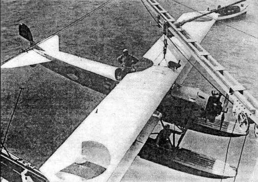 Корабельный разведчик Fokker С. VIIW с бортовым номером V-5 под стрелой крана крейсера Java