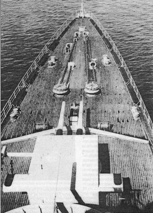 Вид на полубак крейсера De Ruytec Хорошо видны шпили и другие детали якорного оборудования, а также откидные скамьи, укрепленные на леерном ограждении