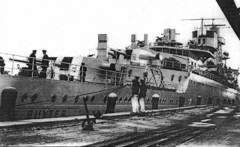 Вид на крейсер с кормы. Видны многие детали оборудования корабля