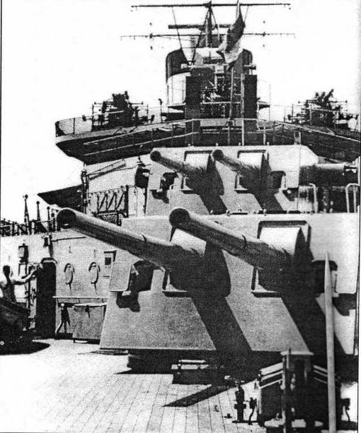 Кормовые башни артиллерии ГК. За ними — 40-мм зенитные установки Воfors и резервный КДП на кормовой надстройке