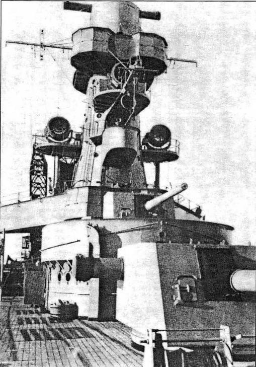 Вид спереди на главную надстройку и носовую группу артиллерии ГК крейсера. Видны прожекторные платформы и одноствольная 150-мм артустановка MkХ