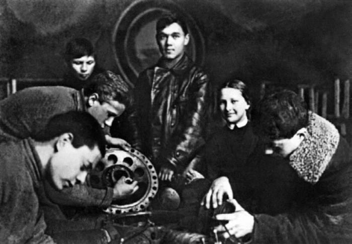 А.С. Яковлев (в центре) среди кружковцев Общества друзей воздушного флота
