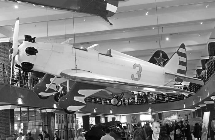 Самолет УТ-2 в экспозиции Музея техники Вадима Задорожнего. Фото М.Орлова