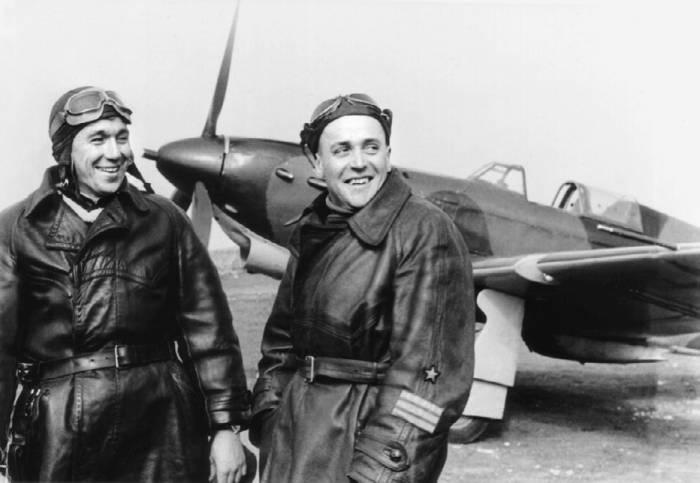 Генерал-лейтенант Остряков и подполковник Наумов у самолета Як-1