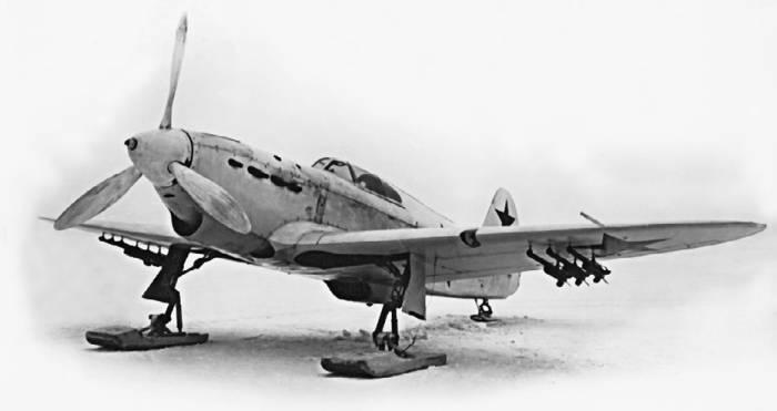 Як-1 на лыжном шасси и с реактивными снарядами РС-82 под крылом