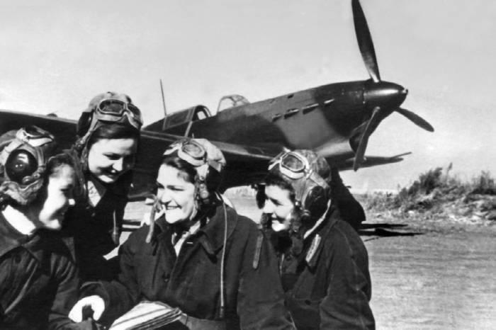 Летчицы из женского истребительного авиаполка. Март 1945г.