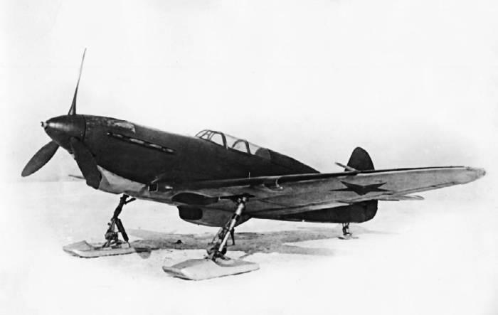 Як-7А с мотором М-105П (заводской №1411, завод №153) на лыжах на аэродроме НИИ ВВС. Февраль 1942г.