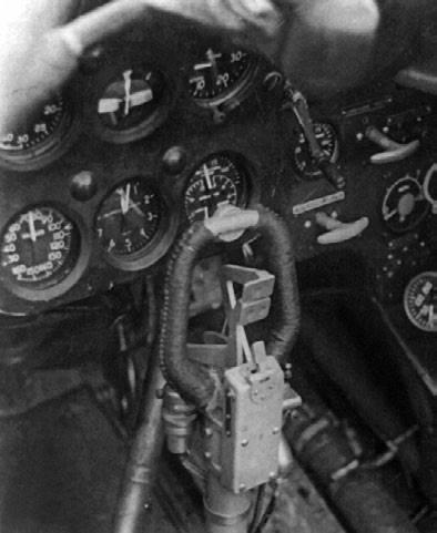 Ручка управления истребителем с «баранкой», внутри которой видны гашетки оружия