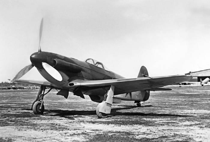 Опытный Як-3 с крылом, набранным из ламинарных профилей, и туннельными обтекателями выхлопных патрубков