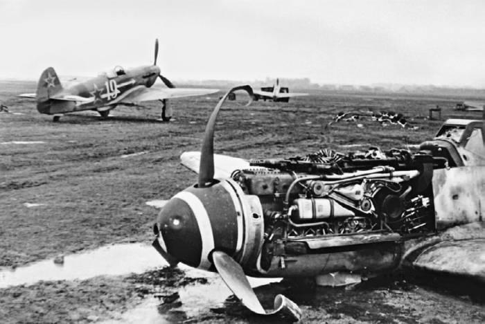 Як-3 из 303-й иад, куда входил полк «Нормандия – Неман», на фоне разбитого истребителя Bf109