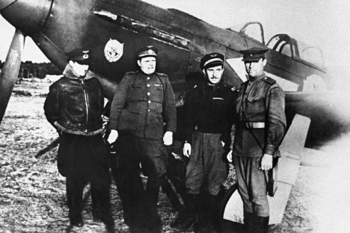 Летчики 303-й иад (второй слева): командир дивизии генерал-майор Г.Н. Захаров, лейтенант Жозеф Риссо (полк «Нормандия – Неман») и майор Кристинский около Як-3, осень 1944 года