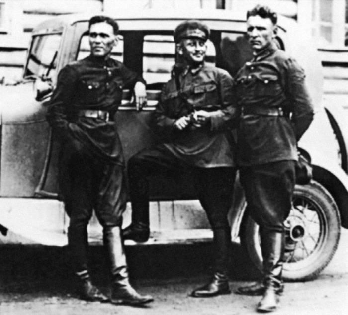 А.С. Яковлев, З.Н. Райвичер (начальник Центрального аэродрома имени М.В. Фрунзе) и Ю.И. Пионтковский. 1935г.