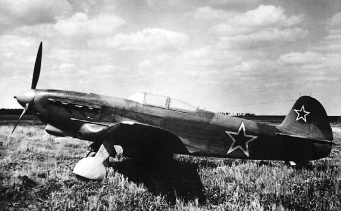 Истребитель-бомбардировщик Як-9Б на фронтовом аэродроме