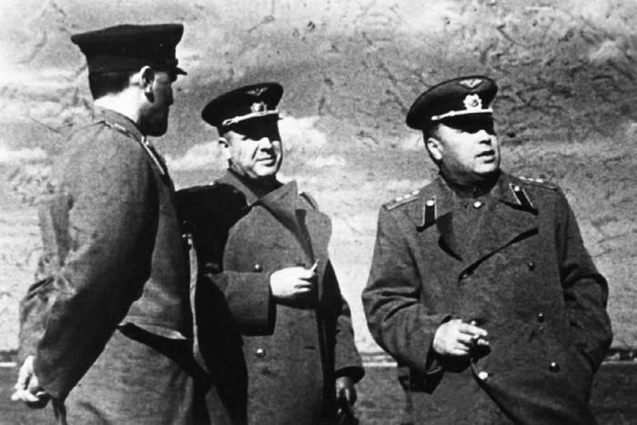 А.С. Яковлев, главком ВВС А.А. Новиков и нарком А.И. Шахурин на центральном аэродроме. 18 мая 1945 года