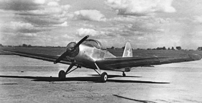 Самолет первоначального обучения Як-20 с двигателем АИ-8