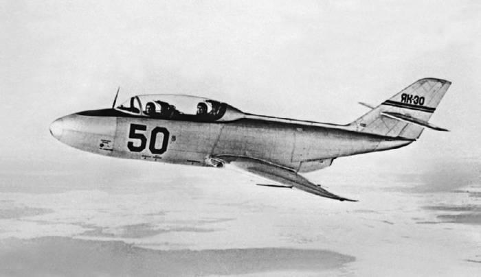Первый летный экземпляр реактивного учебно-тренировочного самолета Як-30