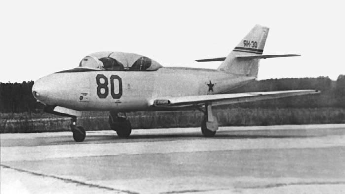 Учебно-тренировочный самолет Як-30 №80, проходивший государственные испытания в НИИ ВВС