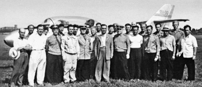Участники создания Як-30 с А.С. Яковлевым (в центре) на аэродроме Тушино