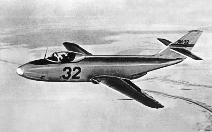 Спортивно-пилотажный реактивный самолет Як-32 в полете