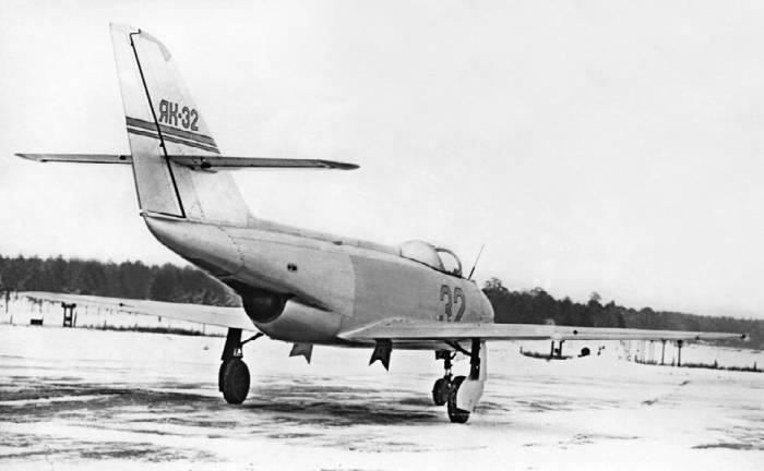 Спортивно-пилотажный реактивный самолет Як-32 на земле