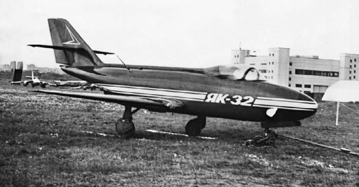 Самолет Як-32 долгое время находился на базе хранения ОКБ имени А.С. Яковлева