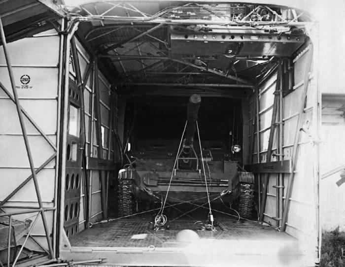 В грузовом отсеке Як-14 свободно размещалась авиадесантная самоходная установка АСУ-57