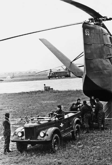 В грузовом отсеке Як-24 свободно располагались не только десантники, но и различная боевая техника