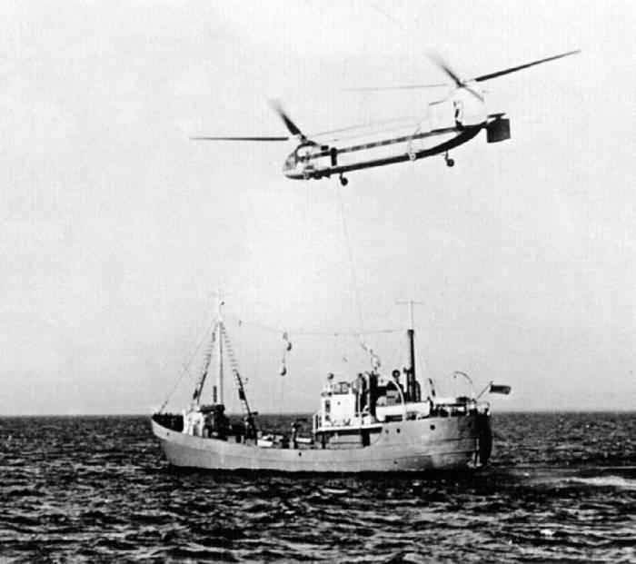 Эксперименты по дозаправке топливом морского судна с помощью вертолета Як-24