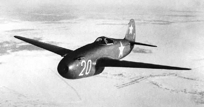 Истребитель Як-15 в полете