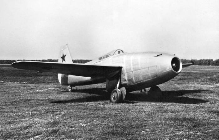 Як-17, построенный в соответствии с рекомендацией Комиссии по разработке мероприятий по изучению и освоению немецкой реактивной техники, созданной в феврале 1946 года
