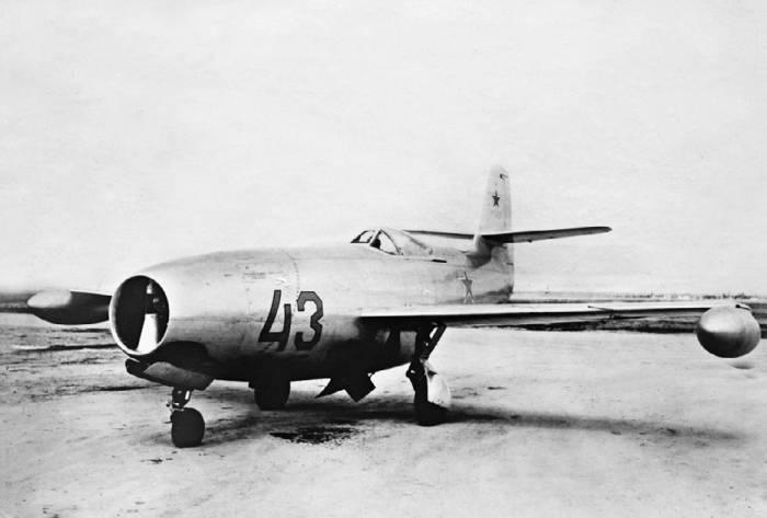 Як-23 с подвесными топливными баками на войсковых испытаниях
