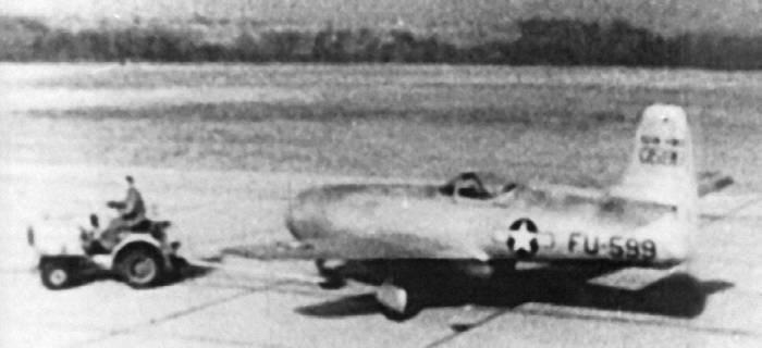 Буксировка Як-23 на аэродроме ВВС США