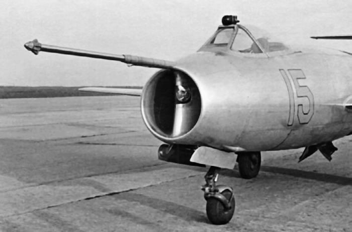 Положение гарпуна истребителя Як-25 в момент сцепки