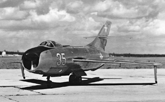 Первый опытный экземпляр истребителя Як-50