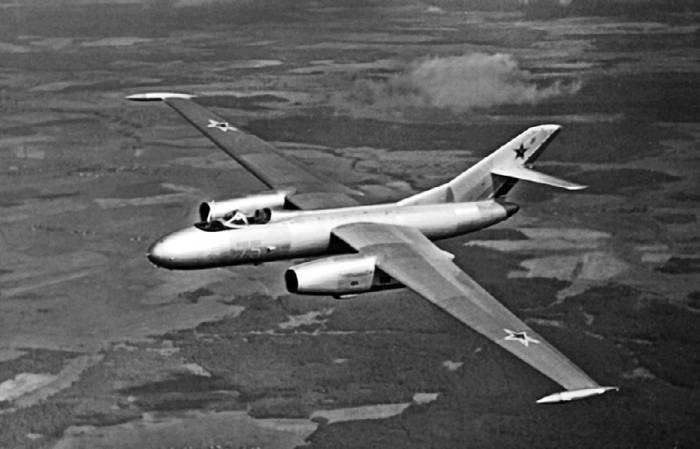 Опытный высотный самолет-цель Як-25РВ-I в полете