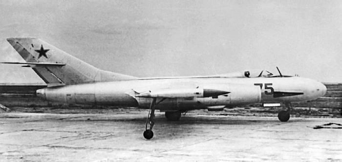 Опытный высотный самолет-цель Як-25РВ-I на испытаниях. На правом борту видно установочное место для пушки
